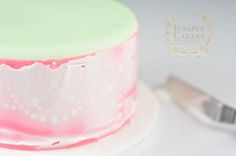 Tutorial on how to stencil with royal icing by Juniper Cakery
