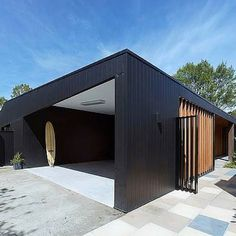 This dark beauty is stunning. The Hover House by @bowerarchtecture using Scyon…