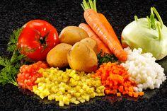 Tomate, patata, zanahoria e hinojo cortados en cubos