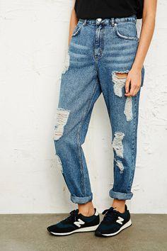 déchiré ripped jeans + blue denim + bf jeans + high waist + new balance + sneans