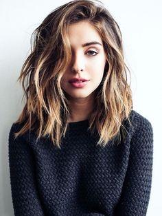 frisuren halblang, schwarze bluse, mittellange braune lockige haare