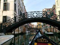 Mit der Gondel in Venedig unterwegs