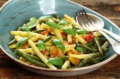 Przepis na Zielona fasolka szparagowa z pomidorami i bazylią
