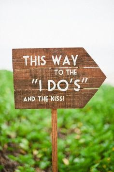 super cute diy sign to direct guests to the wedding ceremony site