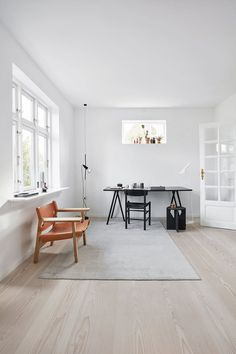An extension became the solution to space problems with designers .- office desk hay arne jacobsen stand lamp carpet massimo Source by - Office Desk, Home Office, Arne Jacobsen Chair, Lounge Areas, Guest Room, Relax, Interior Design, Interior Ideas, Contemporary