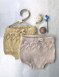 Ravelry: Bella bonnet & bloomers Solo pattern by Lene Holme Samsøe Handmade Baby Clothes, Knitted Baby Clothes, Knitted Hats, Baby Knits, Baby Clothes Patterns, Baby Knitting Patterns, Crochet Baby Bloomers, Knitting For Kids, Baby Sweaters