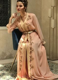 Saree plays an important role in Indian culture. Indian women in ancient times used to wear saree in their house and at festive occasions. Moroccan Bride, Moroccan Caftan, Kaftan Designs, Hijab Fashion, Fashion Outfits, Sari Dress, Saree Blouse, Trendy Sarees, Lehenga Choli