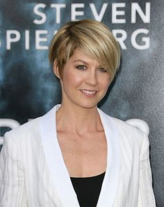 Jenna Elfman returns to short hair - but this time it's sleek and sophisticated