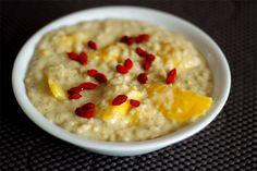 Farbkleksefrühstück bei Maria: Haferbrei mit Mango und Gojibeeren. Nicht im Bild: der Matetee mit Agavendicksaft.