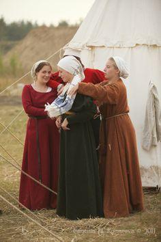 Setting the hair covering Elizabethan Costume, Medieval Costume, Medieval Dress, Historical Costume, Historical Clothing, Medieval Fair, Viking Dress, Tudor Era, Viking Clothing