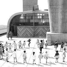 Quieres saber en qué han convertido Ora-Ïto y Felice Varini la terraza de la Cité Radieuse de Marsella de Le Corbusier? En diarioDESIGN. #lecorbusier #oraito #citeradieuse #felicevarini #marseille #art #design