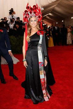 Sarah Jessica Parker At first, I didn't like the headress until I learned the theme is China. Then I appreciate this headpiece because it does look like a nice headress in Chinese opera.  Not sure if the dress is the best match but nice head piece, SJP!! #metgala2015