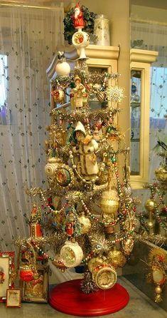 Antique Christmas Ornaments, I love the scale here. The feathery tree perfectly showcase the oversized ornaments. Antique Christmas Ornaments, Christmas Past, Victorian Christmas, Christmas Tree Decorations, Christmas Holidays, Christmas Crafts, Vintage Ornaments, Christmas Mantles, Vintage Santas