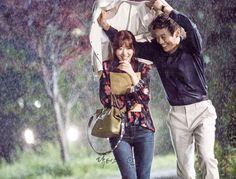 닥터스 포토스케치 9 박신혜가 비를 맞을까봐 흰 자켓을 벗어 우산 대신 씌워주는 김래원 이미지