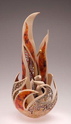 Не могла пройти мимо такой красоты, решила поделиться с вами. Joey Richardson создает невероятно красивые вазы-цветы из древесины. Она чувствует материал, с которым работает, прекрасно владеет инструментами для работы по дереву, свое хобби считает нужным и важным для того, чтобы люди увидели красоту мира, в котором живут и учились беречь каждую веточку на дереве.