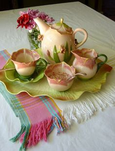 Romantic Tea Set Camellia Sinensis the tea plant - Tea Set - Ideas of Tea Set - Romantic Tea Set Camellia Sinensis the tea plant Tea Cup Saucer, Tea Cups, Coffee Cups, Cuppa Tea, Banquettes, Teapots And Cups, Tea Art, My Cup Of Tea, Chocolate Pots