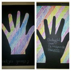 Als bedankje voor de ouders voor alle hulp dit schooljaar! Wit papier in kleuren, hand eruit knippen en beide op de kanten van het zwarte papier plakken!