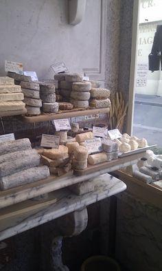 Loja francesa de queijos. Prateleiras de mármore carrara, qualquer coisa poderia ser impressionante exibido sobre elas.
