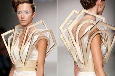 Reflections in Facets, voilà le titre de la dernière collection de la jeune styliste hollandaise Winde Rienstra    Elle travaille la soie, le carton, le bois et le verre dans des vêtements graphiques et sculpturaux. Une approche architecturale, minimale et complexe du vêtement.