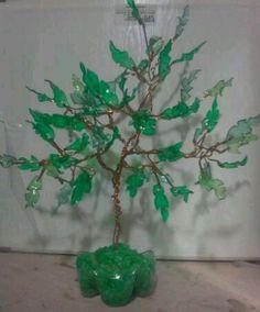 Árbol hecho con pétalos de botellas plásticas #PET. Ramas de cable de cobre. #reciclaje