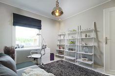 Hyvinkään 2013 - Makuuhuone PALLAS 92 L-työtaso, PALLAS 03 lipasto, STYLO-työtuoli, KAISLA-matto lila, KAISLA-matto harmaa, KAISLA-matto lila, RAWLEY-työpöytävalaisin, KENNEDY-kattovalaisin, PALLO-lyhty