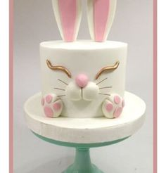 This cake was made as a gift! Very simple and still sweet. The lady who won it was very happy!