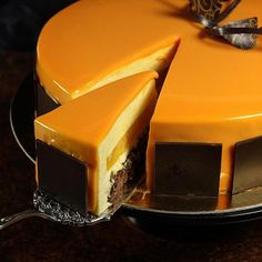 Und hier ein klitzekleiner Blick ins Innerste der Orangentorte mit Schokoknusperboden #Torte #orange #cake #chocolate #Schokolade #Foodblogger #maluskoestlichkeiten #ichliebefoodblogs #patisserie #yummy #backen #geburtstagstorte #mirrorglaze #spiegelglasur
