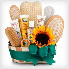 De-stress and pamper hardworking employees and clients with this all-inclusive spa basket featuring an array of popular Burt's Bees natural products. Panier Cadeau Kiss My Face Spa Bucket Teen Gift Baskets, Gift Baskets For Women, Raffle Baskets, Thank You Gift Baskets, Holiday Gift Baskets, Holiday Gift Guide, Holiday Gifts, Holiday Ideas, Christmas Gifts