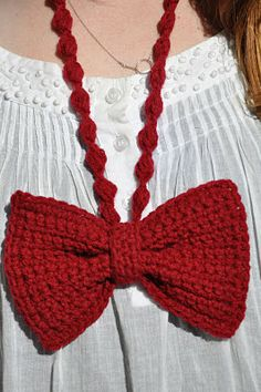 Sans Limites Crochet: Bowtie Necklace DIY - I made this for a gift as directed (with worsted wt.) and I LOVE this necklace. I think I made the necklace part a bit long, though. Cute Crochet, Crochet Hooks, Knit Crochet, Crochet Scarves, Knitted Necklace, Diy Necklace, Diy Bow, Arm Knitting, Crochet Projects