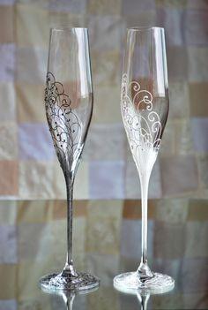 Wedding Shot Glasses, Wedding Champagne Flutes, Champagne Glasses, Decorated Wine Glasses, Painted Wine Glasses, Wine Glass Crafts, Toasting Flutes, Decoration, Personalized Wedding