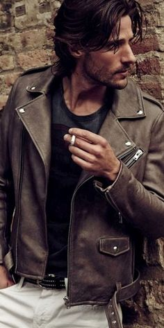 Untidy hair, leather jacket, cigarette. Tommy Dunn by Sergi Pons GQ España
