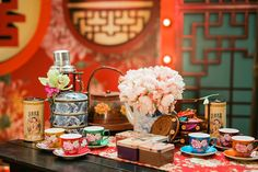 If you've ever wondered what it was like to have the ultimate Shanghai-themed wedding, look no further than Howard and Yi-Ann's glamorous shindig, planned by MY Wedding Planner and shot by Peter Herman Photography. Chinese Wedding Decor, Oriental Wedding, Chinese New Year Decorations, New Years Decorations, Chinese Theme, Shanghai Night, Old Shanghai, Shanghai Tang, My Wedding Planner