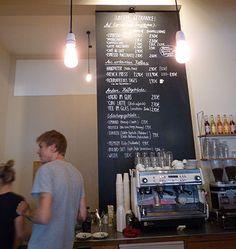 Das Café 24grad in Hannover ist den ganzen Tag über gut gefüllt und zum Treffpunkt vieler Nordstadtbewohner geworden.