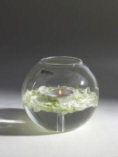 Świecznik szklany w kształcie kuli. W świeczniku najlepiej zastosować świece typu tealight. W środku świecznika jako dekoracje można umieścić np. płatki kwiatów. Ten elegancki prosty świecznik został zaprojektowany przez Rene Barba. #swiecznik #dodatkidekoracyjne #ozdoby #design #goodform