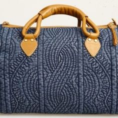 Denim Quilted Bag is artistic way to recycle those old jeans. Sacs Tote Bags, Tote Purse, Patchwork Bags, Quilted Bag, My Bags, Purses And Bags, Bag Quilt, Diy Sac, Denim Purse