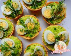 Bezglutenowe tartaletki z musem z zielonego groszku i nerkowców podane z jajem przepiórczym i ziołami
