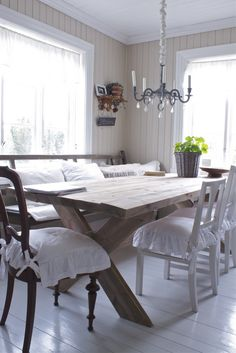 Creamy beadboard walls, rustic, mismatched chairs and table. Norwegian House, Norwegian Style, Norwegian Wood, Nordic Style, Scandinavian Living, Scandinavian Interior, French Country Cottage, Danish Country, Country Style