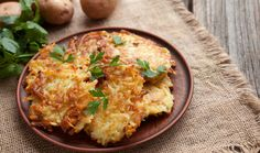 Tradiční bramboráky zjemně nastrouhaných brambor, s pořádnou porcí česneku a majoránky podle jedné z našich známých babiček kuchařek si zkrátka zamilujete! Potato Dishes, Potato Recipes, Vegetable Recipes, Potato Fritters, Potato Latkes, Jelly Donuts Recipe, Hanukkah Food, Hanukkah Recipes, Stewed Potatoes