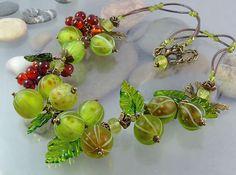 """Колье с ягодами """" Лето на даче """" стекло лэмпворк - зеленый,салатовый,красный"""