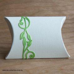 einfacher und schneller Weg Pillow Boxen zu veredeln: mit selbstklebendem Satinband. Www.der-schachtel-shop.de