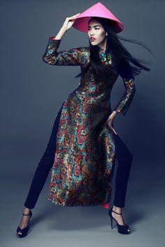 Lan Khuê đa dạng cảm xúc với tà áo dài gấm - VnExpress Giải trí