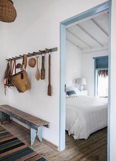 Love this and natural scheme with pale accents (Foto: Marco Antônio / Editora Globo) Dream Beach Houses, Beach House Decor, Home Decor, Bedroom Decor, Bedroom Benches, Bedroom Rustic, Wood Bedroom, New Homes, Interior Design