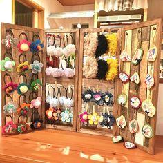 コルクボードの木枠を窓枠風に〜♪おしゃれにディスプレイ!持ち運びもおしゃれにラクラク〜!オール100均で作っちゃった♪|LIMIA (リミア) Accessories Display, Jewellery Display, Diy Necklace Stand, Christmas Craft Fair, Craft Stalls, Craft Fair Displays, Outdoor Crafts, Craft Show Ideas, Shop Interiors