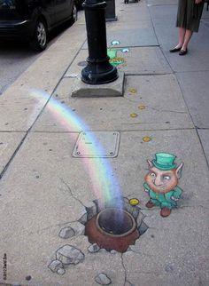 Tout droit sortie d'un livre pour enfant, le street art à la craie de l'illustrateur David Zinn met en scène Sluggo, un petit personnage vert, et ses amis dan