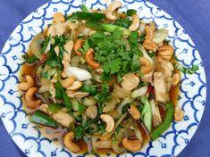 Thaise wok met Paksoi | Lekker Tafelen Thai Recipes, Lunch Recipes, Asian Recipes, Chicken Recipes, Healthy Recipes, I Love Food, Good Food, Low Carb Brasil, Caribbean Recipes