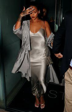 Rihanna in silver grey silk slip dress Celebrity in silk otfit fall trends fashion falltrends ootd celebrity insilk silk slipdress silkoutfit outfit 480829697718633031 Street Style Rihanna, Rihanna Mode, Rihanna Fenty, Slip Dress Outfit, Dress Outfits, Fashion Outfits, Womens Fashion, Slip Dresses, Rihanna Outfits