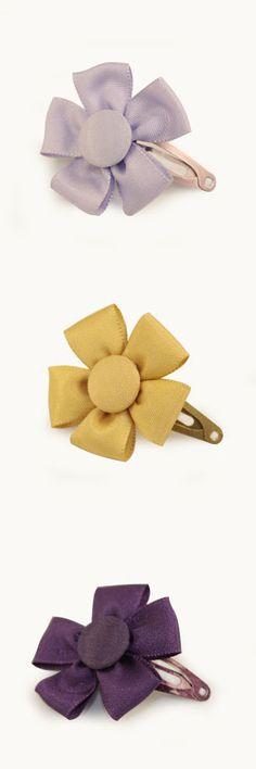 Preciosas ranitas con forma de flor hechas de tafeta. Si quieres ver más colores y modelos visita http://www.cuini.com/es/tienda #complementos #niños