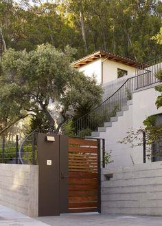 Inspire-se com nossa seleção com 50 fotos de portões residenciais de modelos e materiais diferentes.