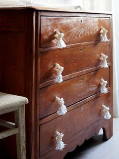 Puxadores de gavetas eitos de corda são lindos e interessantes (Foto: onekingslane.com)