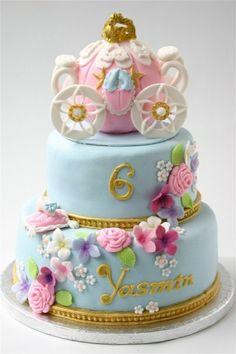 gâteau anniversaire à 2 étages avec la carrosse de Cendrillon